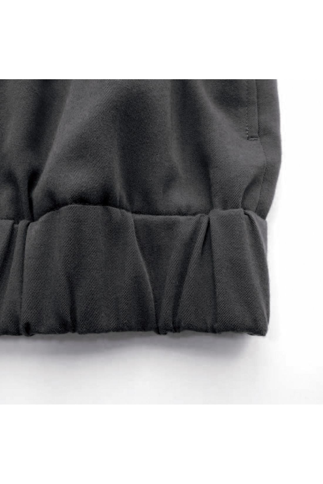 [幅広ゴムでアクセント。]すそと袖口に太めのゴムを入れて、クシュッとアクセントをつけました。