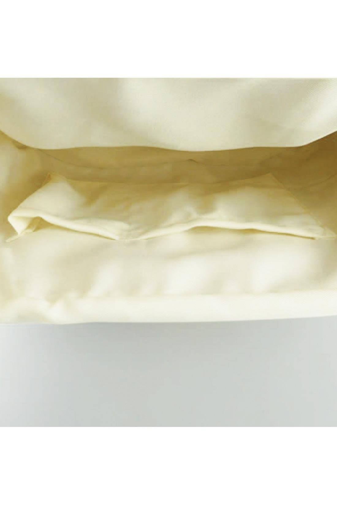 [中が見えないのがうれしいね。]バッグに縫い付けられた巾着状の内袋が大活躍♪ うれしい内ポケット付きです。