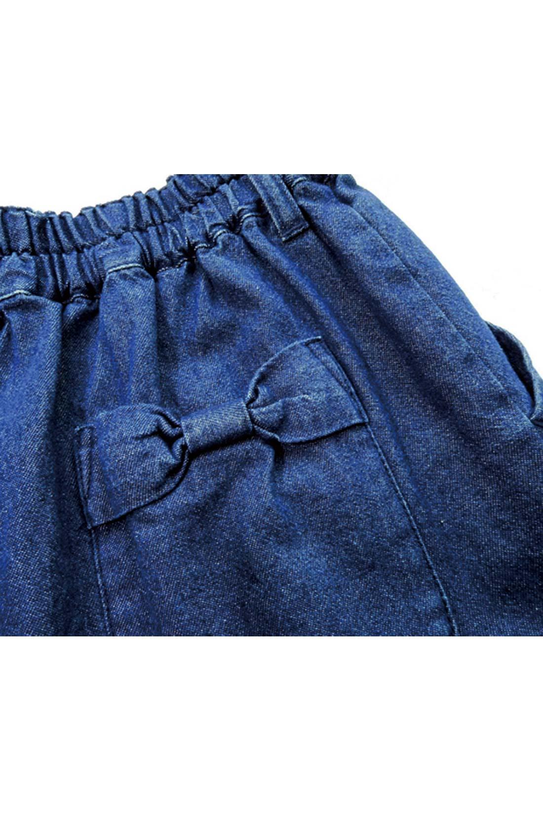 後ろポケットのリボンがアクセントに。 ※お届けするカラーとは異なります。