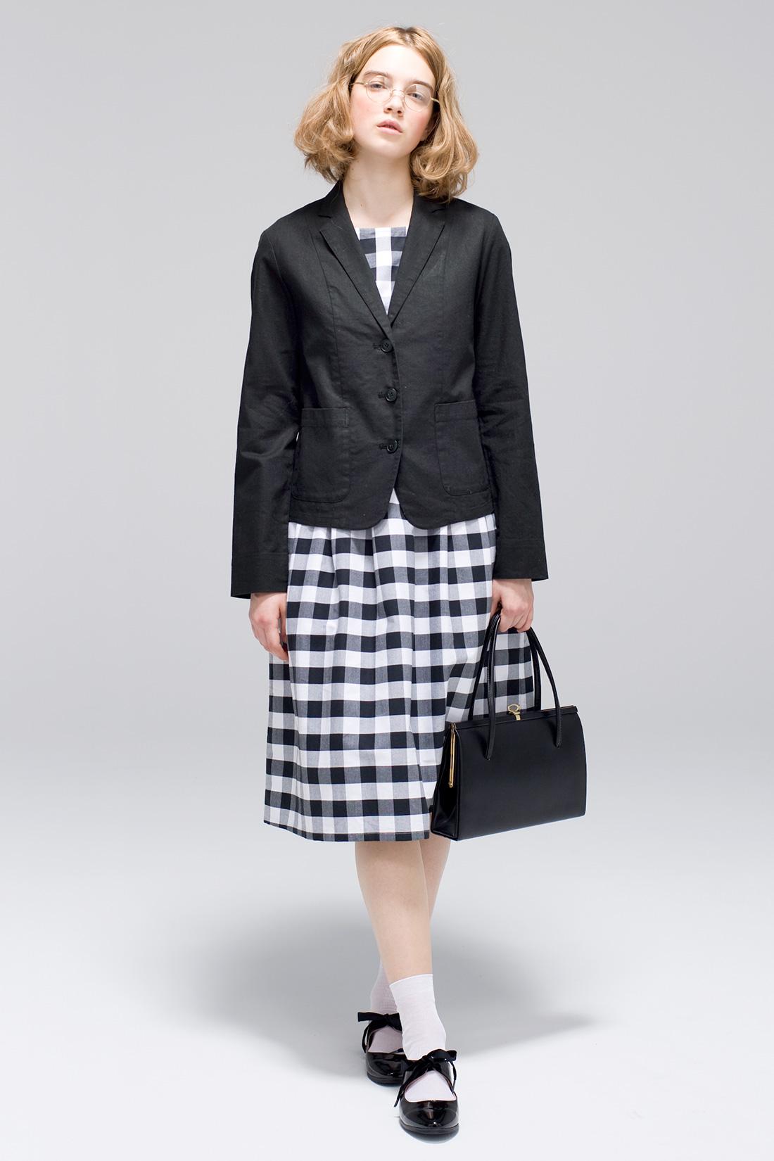 ジャケットをプラスコーデで気持ちもクラスアップ。 ワードローブの中で、黒のジャケットは特別な存在。着るだけで、きちんと感が数段アップする魔法のアイテム。大好きな麻混素材のものを選べば、カッチリしすぎず、いつものコーディネイトにもしっくり似合うね。ストッキングじゃなくて薄手のソックスを合わせるのが私らしさ。