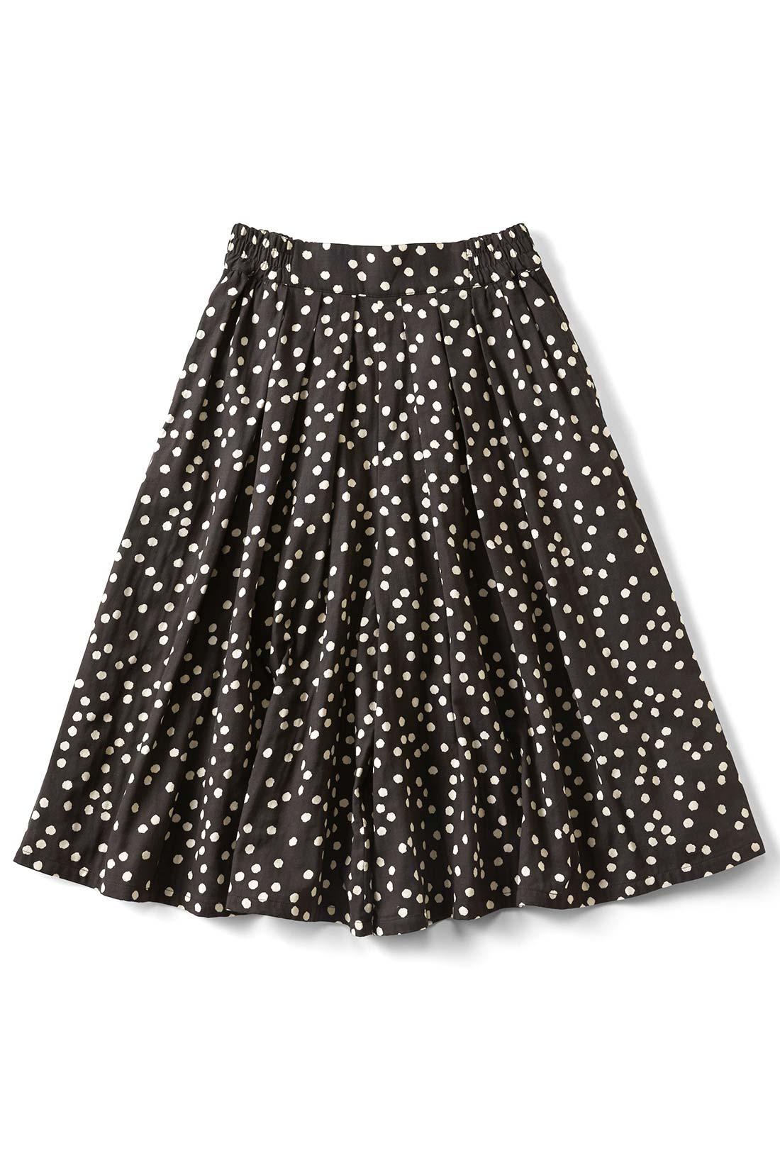 [ランダムドット]両サイドには便利なポケットが。スカートみたいなシルエットでしょ。