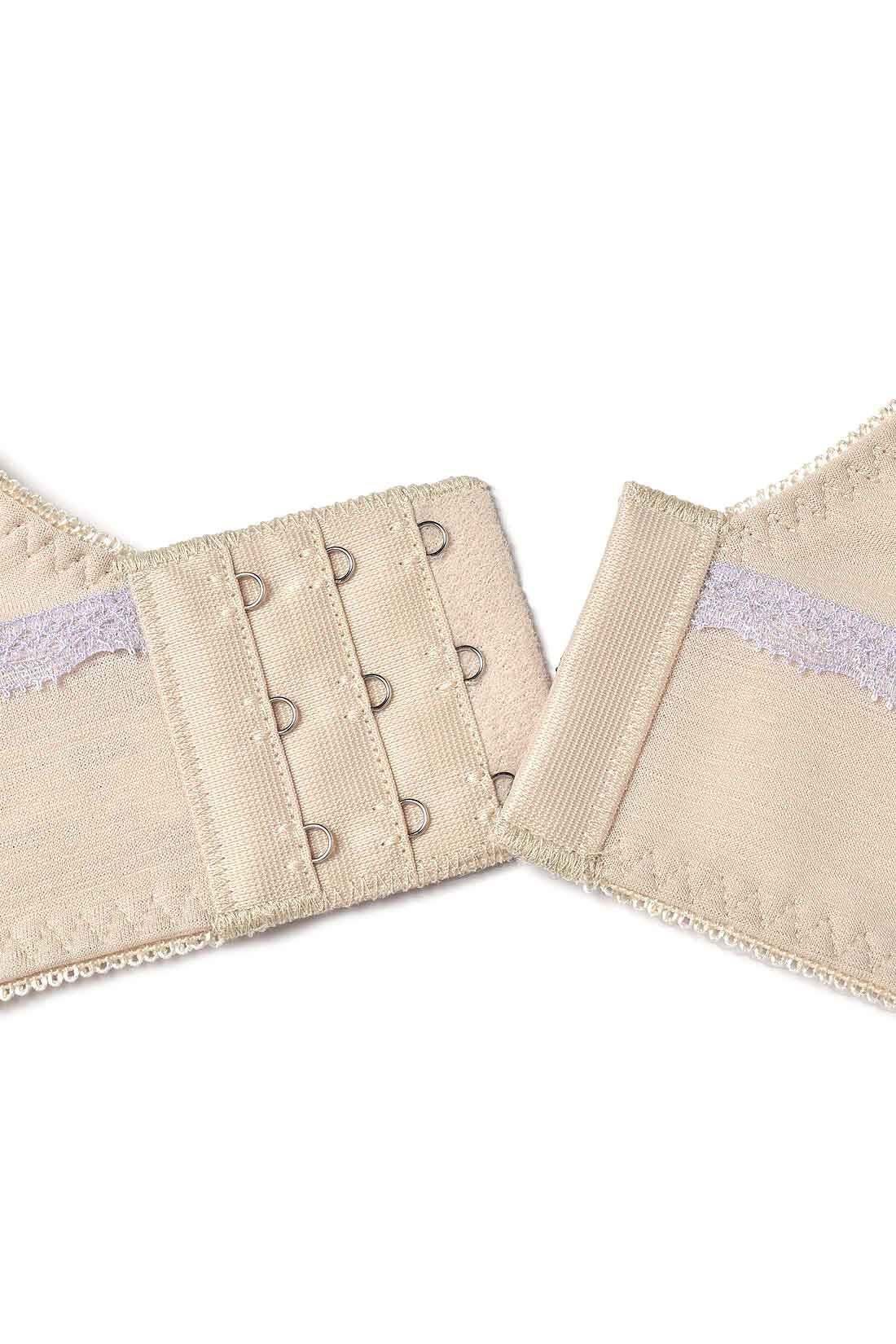 幅広の5.7cm幅のホックを採用。ノンワイヤーでも安定感のある着け心地。