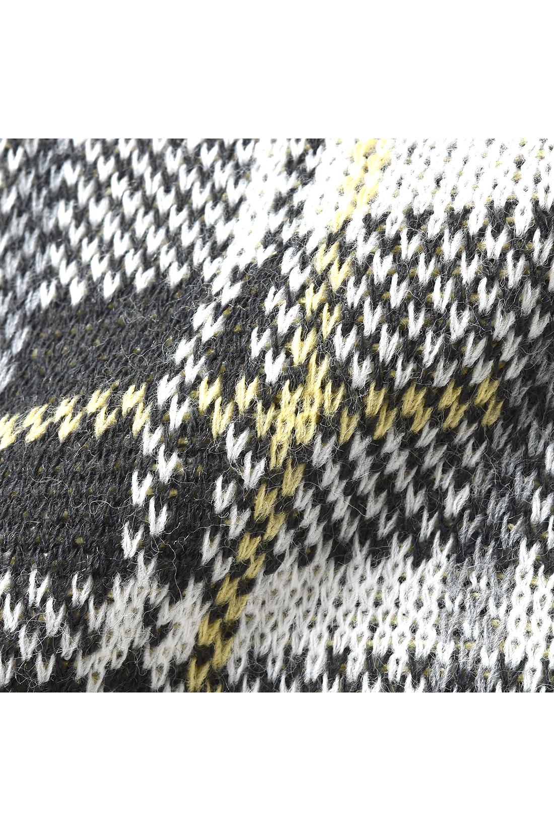 カラフルな差し色も入れて編み上げた、ふっくら厚手のジャカードニット。