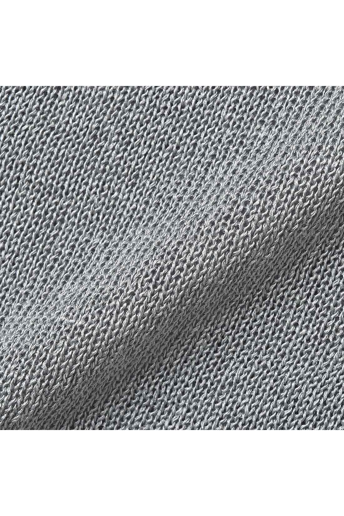 美しい光沢と透け感のある薄手で滑らかな肌ざわりの上質なレーヨンニットを使用。