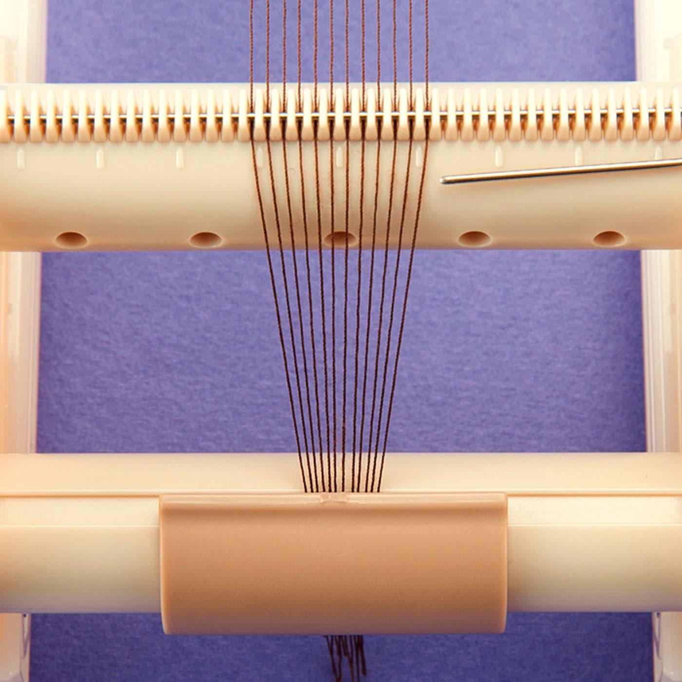 縦糸にかけるくし部は2種類。デリカビーズ(11/0)と丸小ビーズの両方に対応できます。