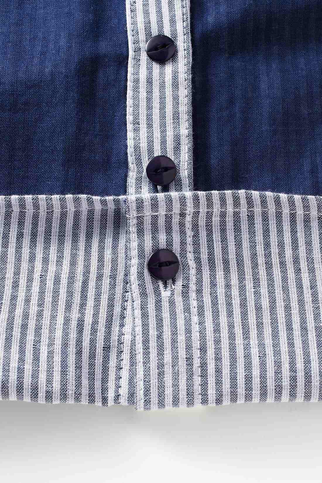 前すそを裏側のボタンで留めると、パンツインしたようなシルエットに。 ※お届けするカラーとは異なります。