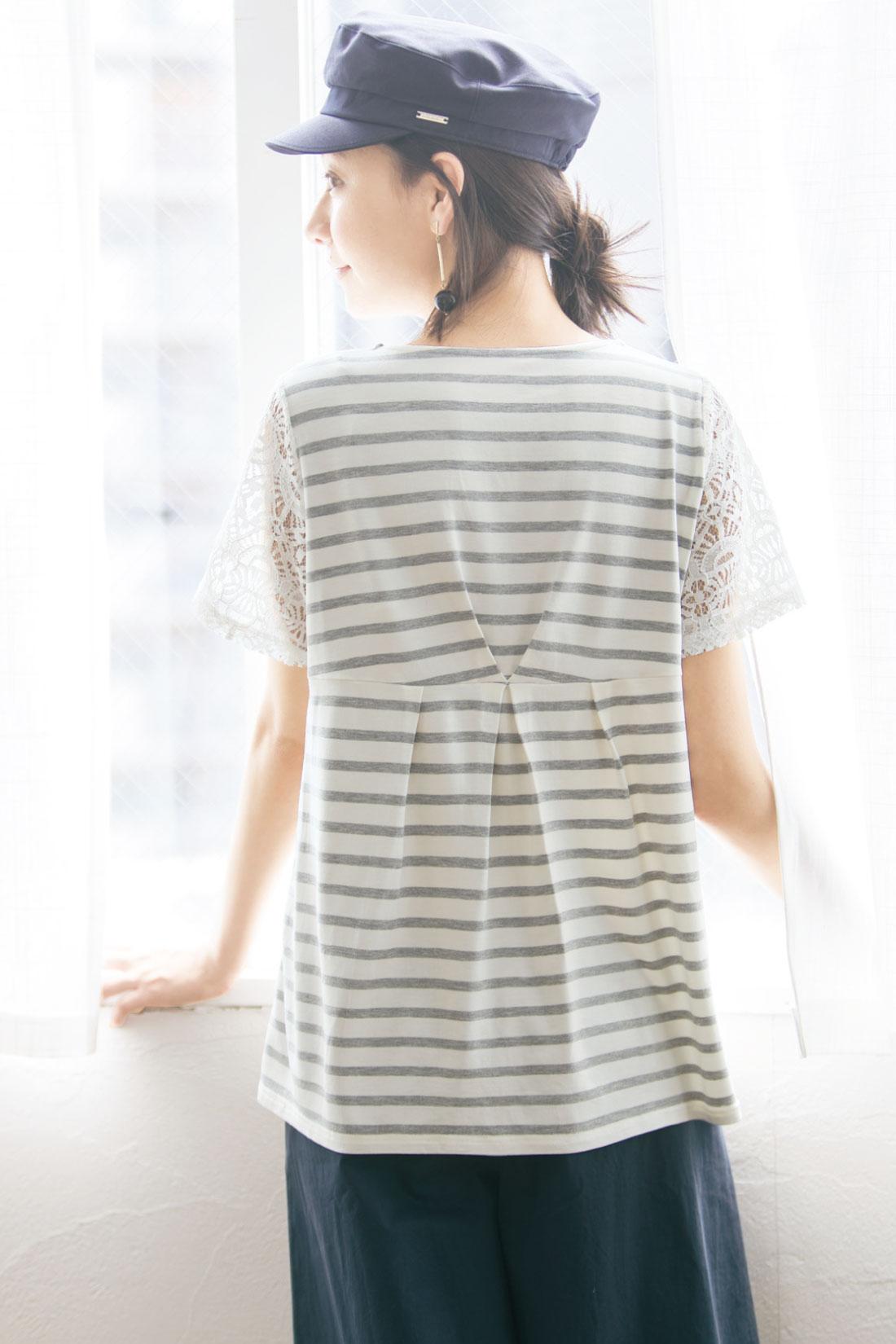 タック遣いと切り替え技で、後ろ姿もすっきり。 ※着用イメージです。お届けするカラーとは異なります。