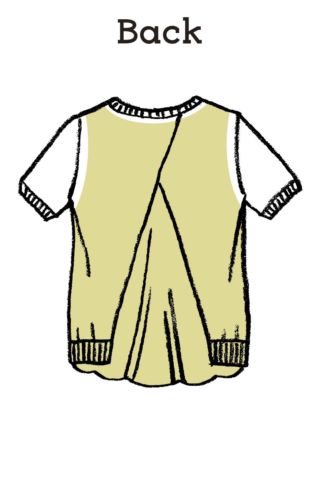重なり合うニットの下にバンダナ柄の別布がドッキング。背中の縦ラインを強調して華奢見せしつつ、前身ごろは薄手ニット一枚なので暑くありません。
