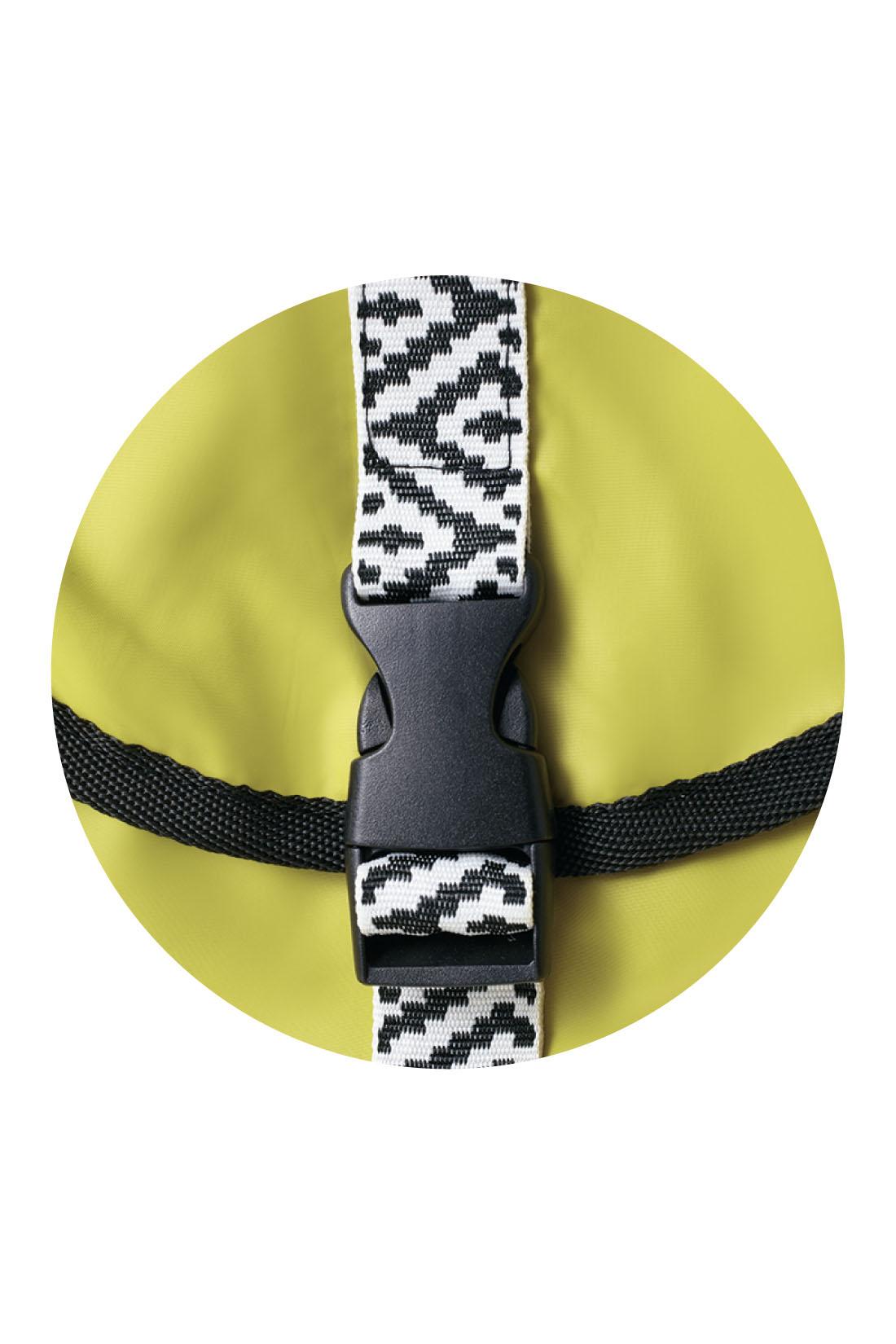 おしゃれな配色に、チロリアンテープ風のベルトがポイント。