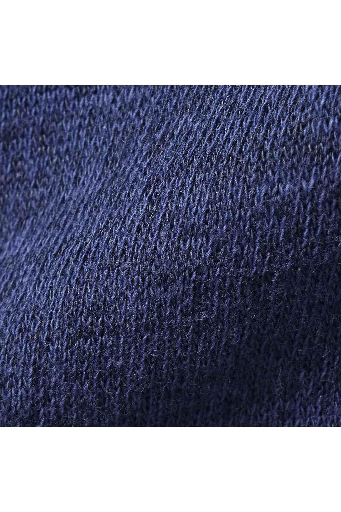 肌ざわりがよい綿混のカットソー素材。少し杢調の表情のある素材感がのっぺり見えを防ぎます。