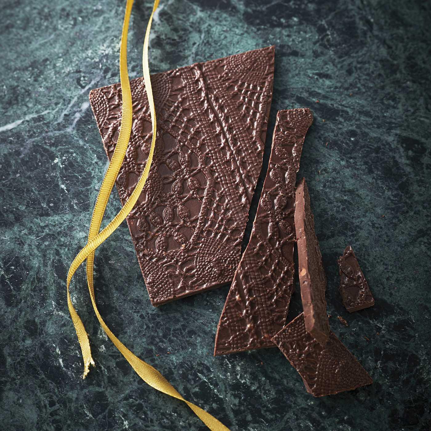 【ホワイトデイお届け】ファブリックチョコラーデ カカオビーンチュイール入りダークチョコ