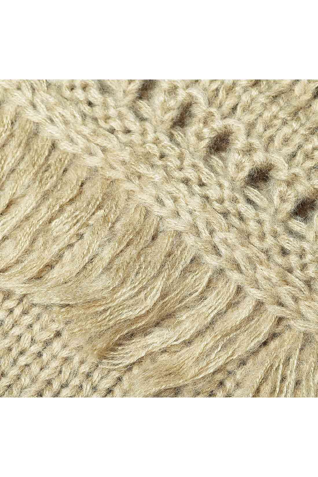 何種類もの凝った編み地を組み合わせて華やかに。ふんわりした糸でやさしい風合い。