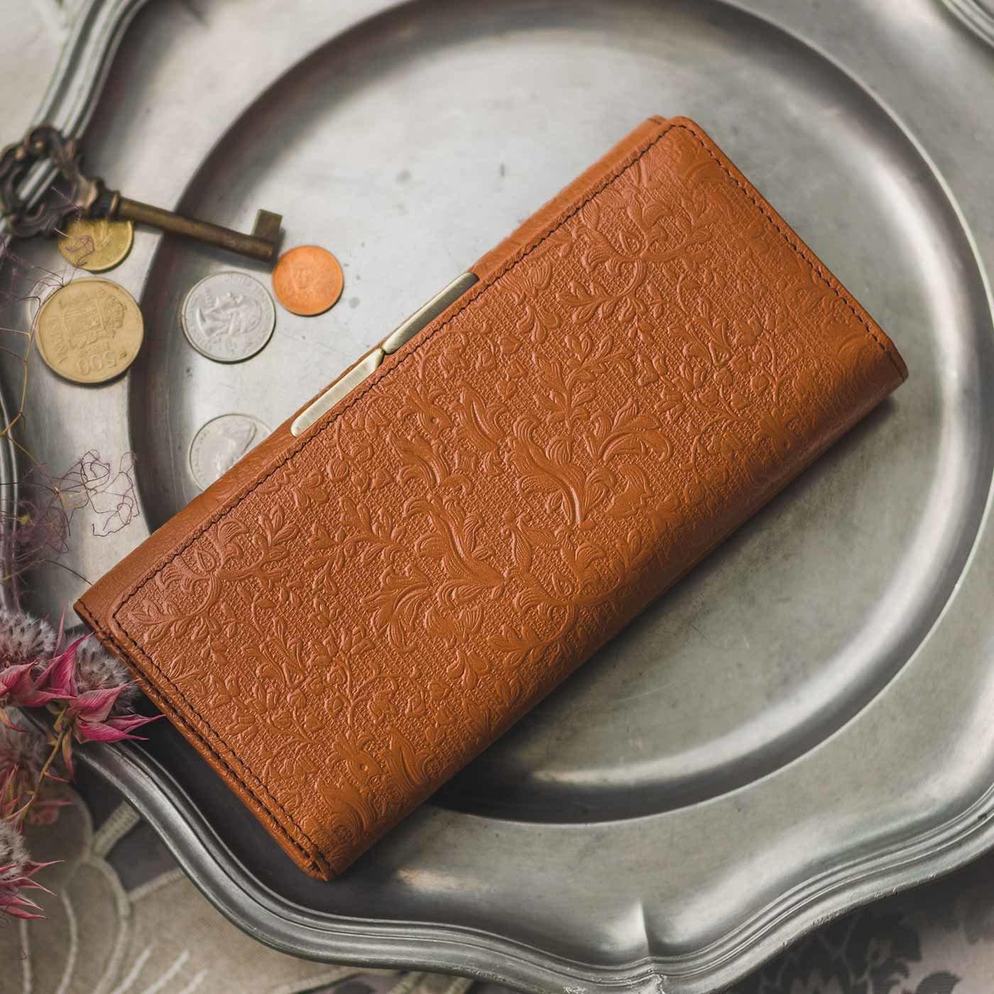 職人が誂(あつら)えた つた柄型押し本革長財布〈マロン色〉