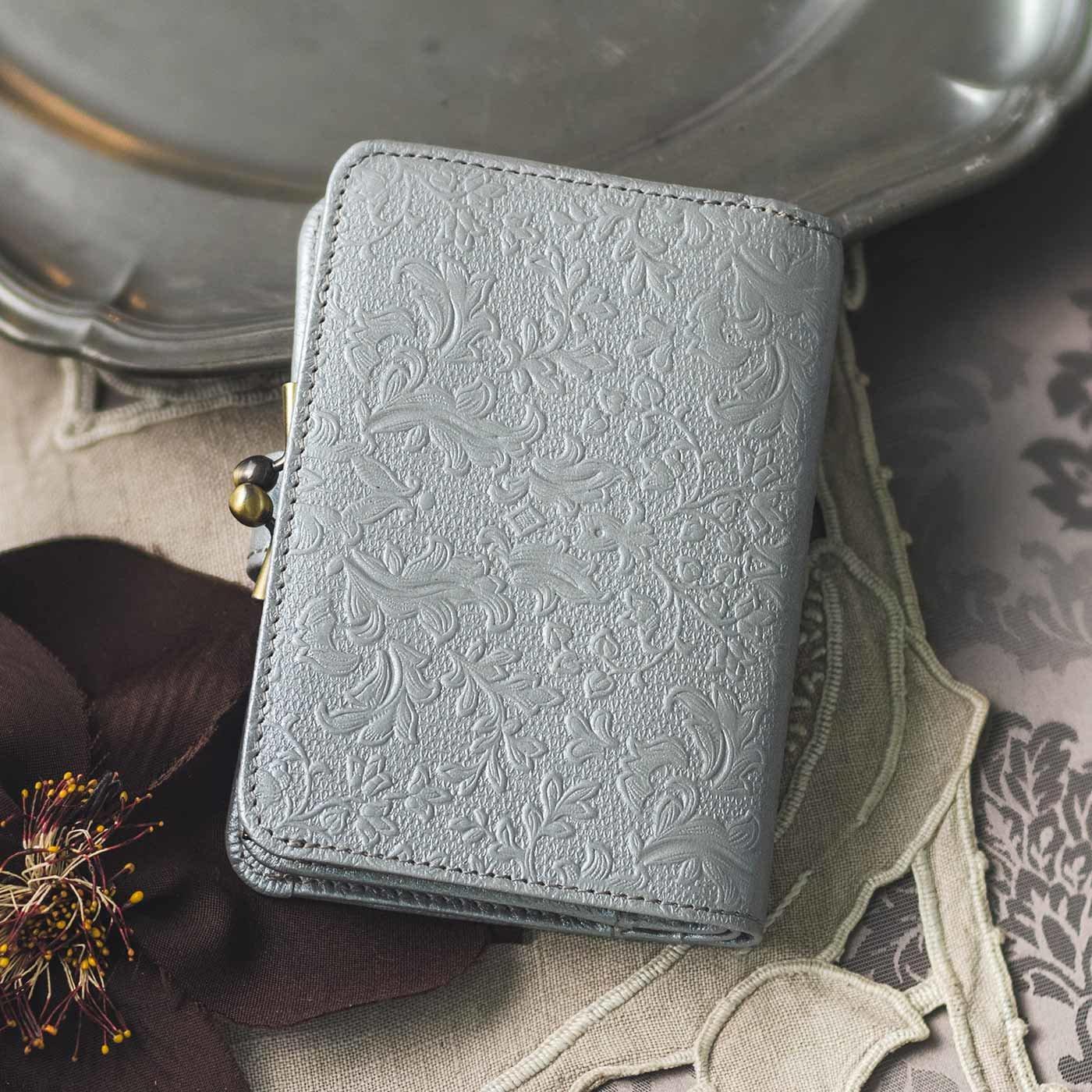 職人が誂(あつら)えた つた柄型押し本革折り財布〈銀色〉