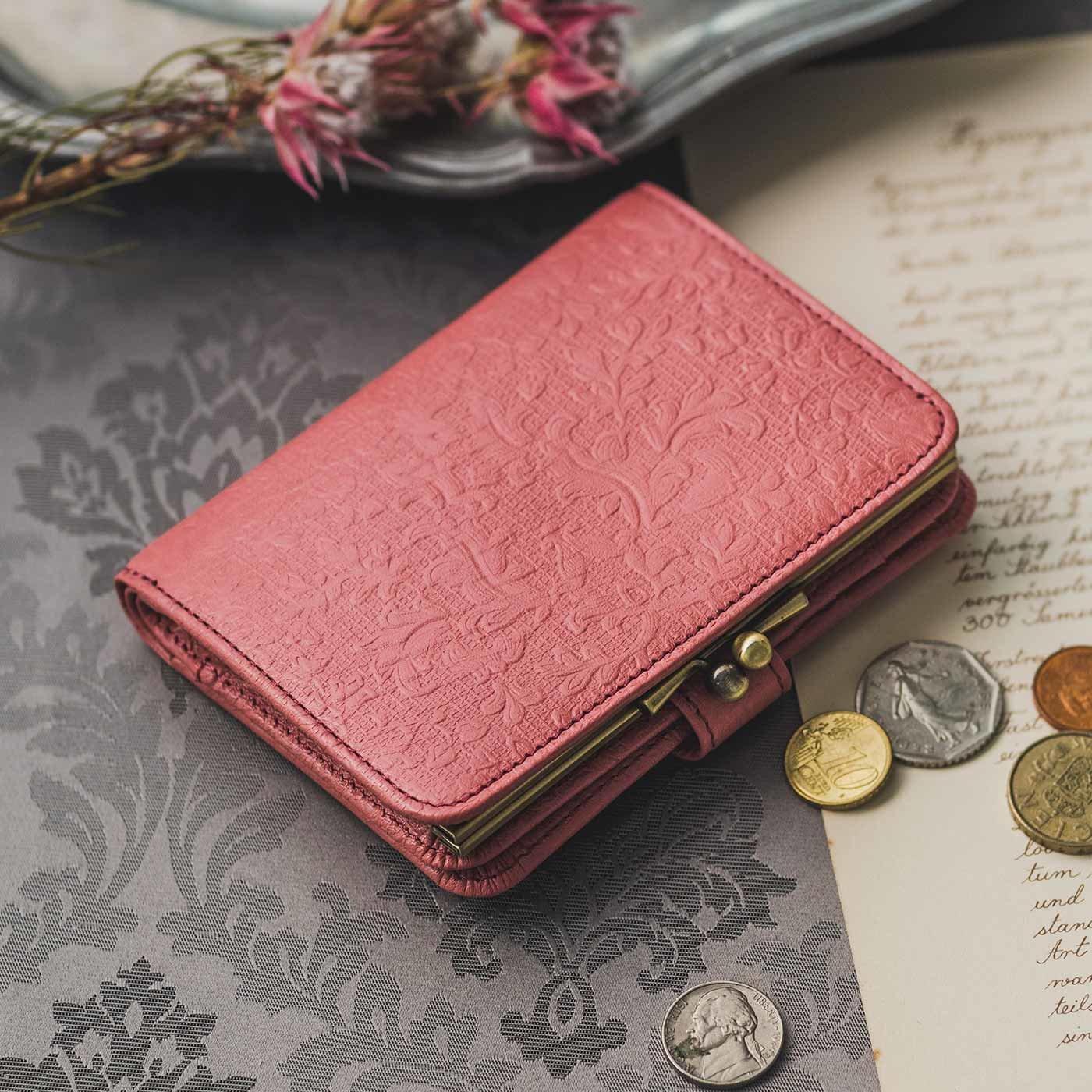 職人が誂(あつら)えた つた柄型押し本革折り財布〈苺(いちご)色〉