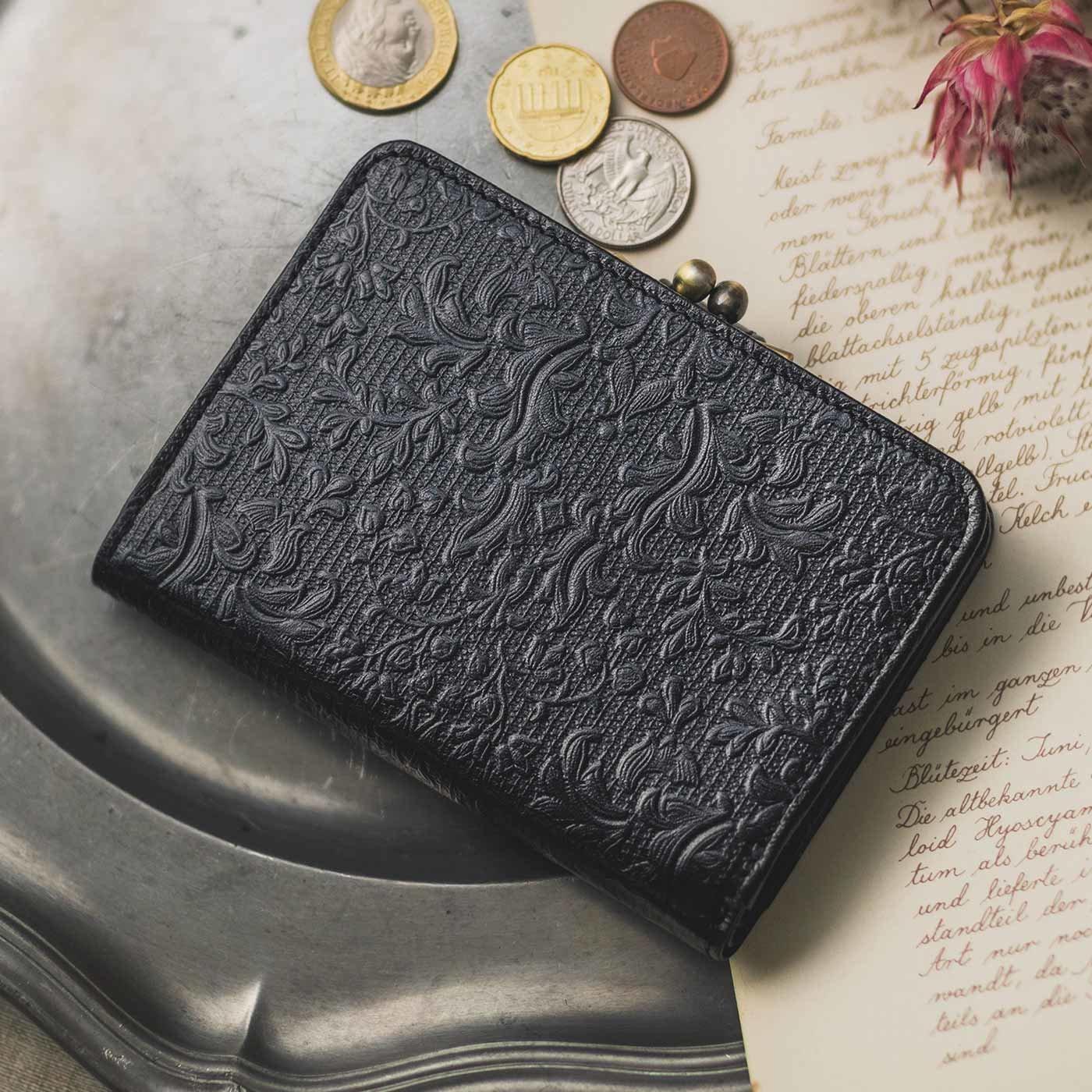 職人が誂(あつら)えた つた柄型押し本革折り財布〈黒色〉