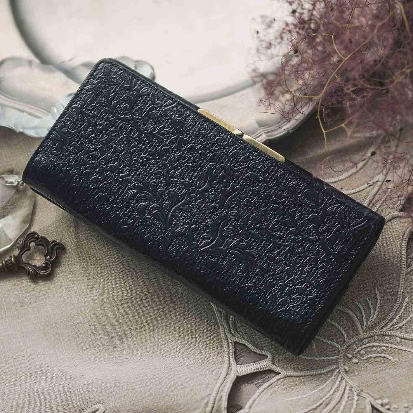 職人が誂(あつら)えた つた柄型押し本革長財布〈黒色〉