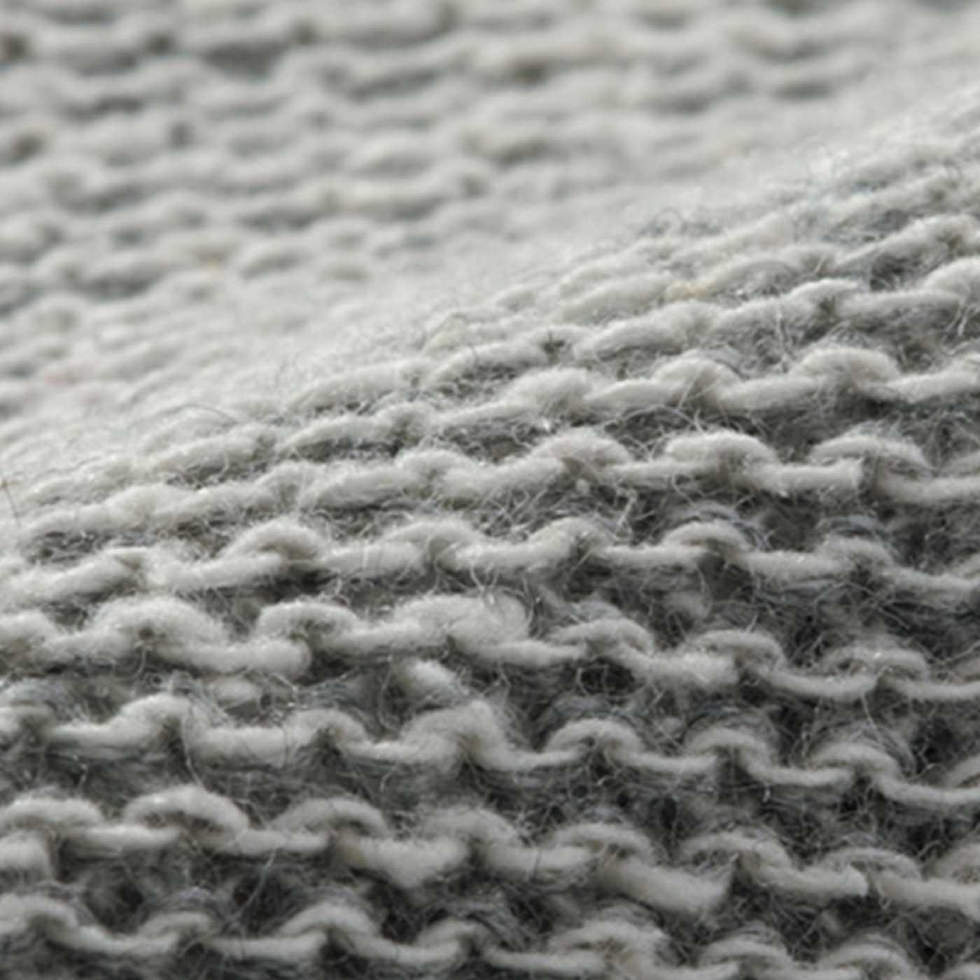 肌側にシルクの糸が当たるように編み立てました。