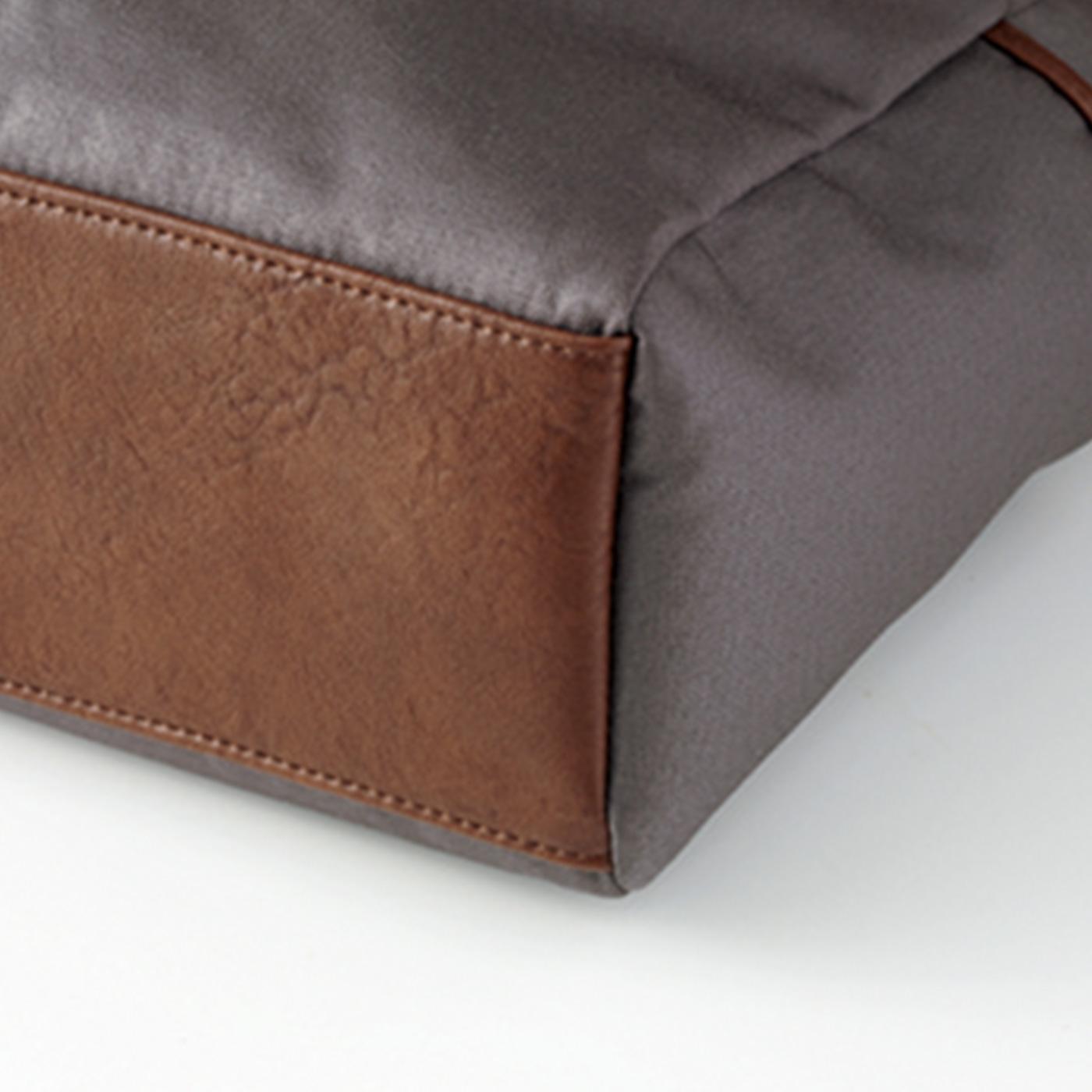 底部分は丈夫な合皮素材で、荷物をたくさん入れても安心。