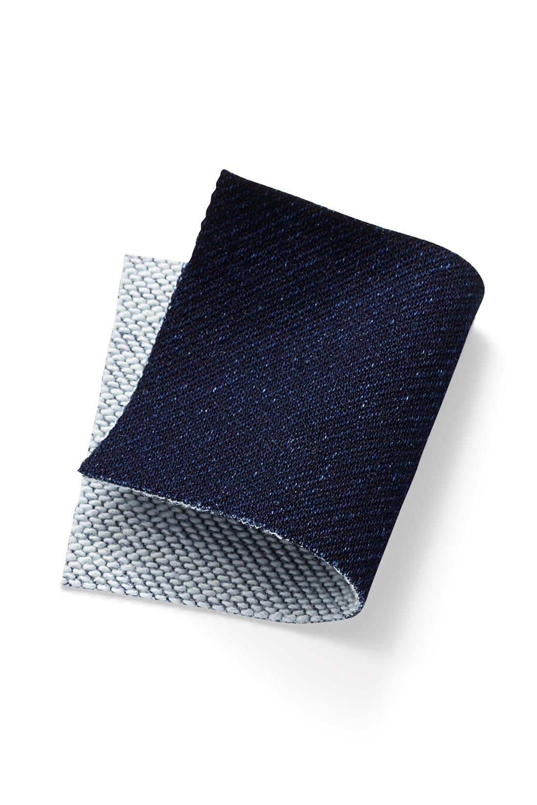カットソーのように伸びる、やわらかな二重織りデニム素材。伸縮性がよく、伸びっぱなしにならないのも魅力。