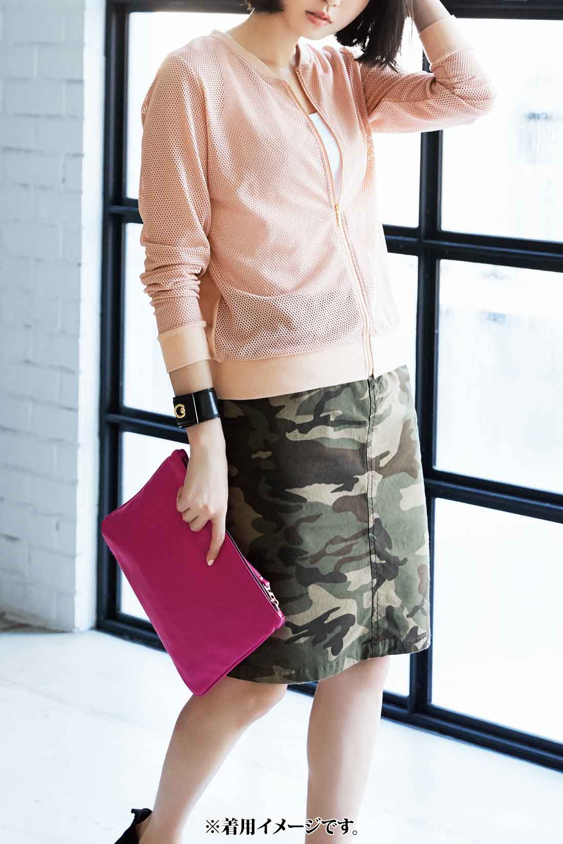 カモフラ柄とスモーキーピンクの配色はバツグン! トレンドのメッシュブルゾンもピンクなら着こなしの幅が広がります。