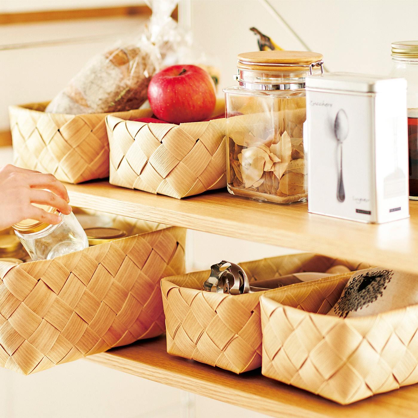 棚を整理できてサッと取り出しOK。買い置きの食品やキッチンツール、ティーセットなどをまとめて整理。引き出し感覚で便利に使えます。