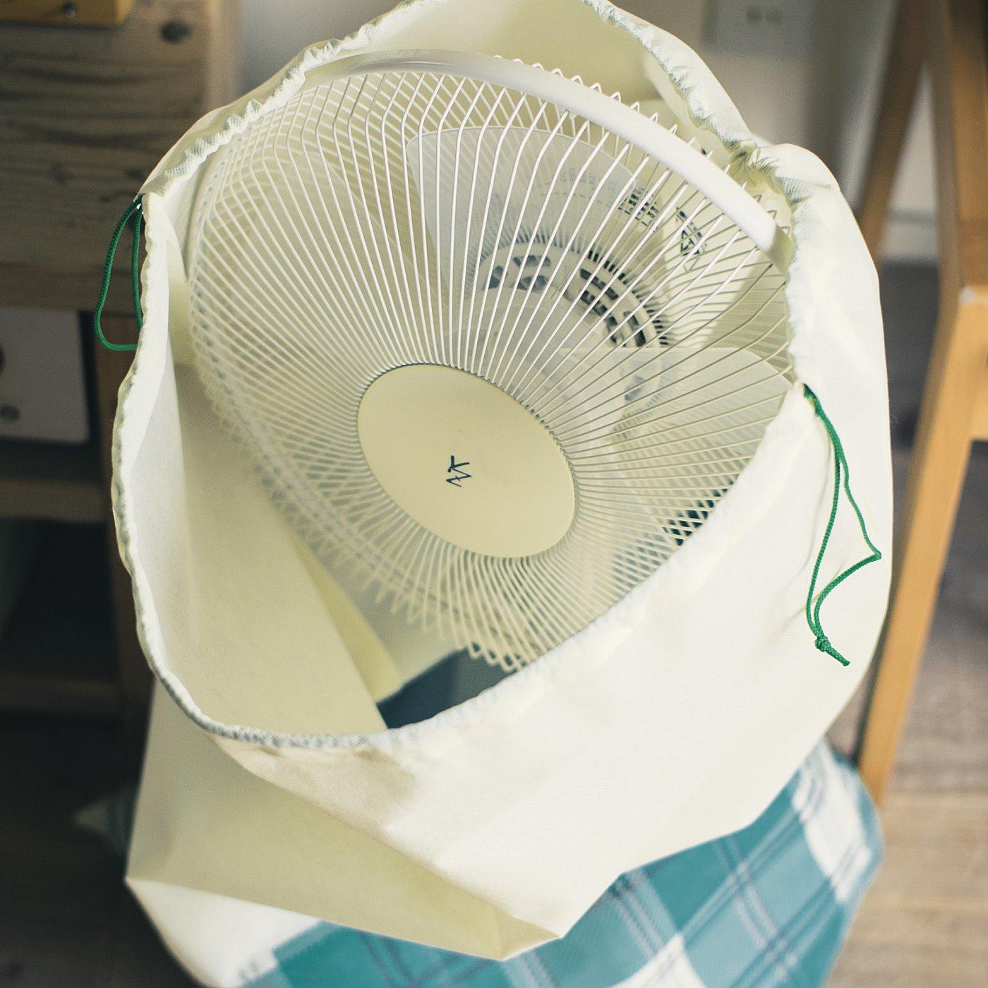 扇風機やヒーターなども、ほこりよけしながら目隠し収納。