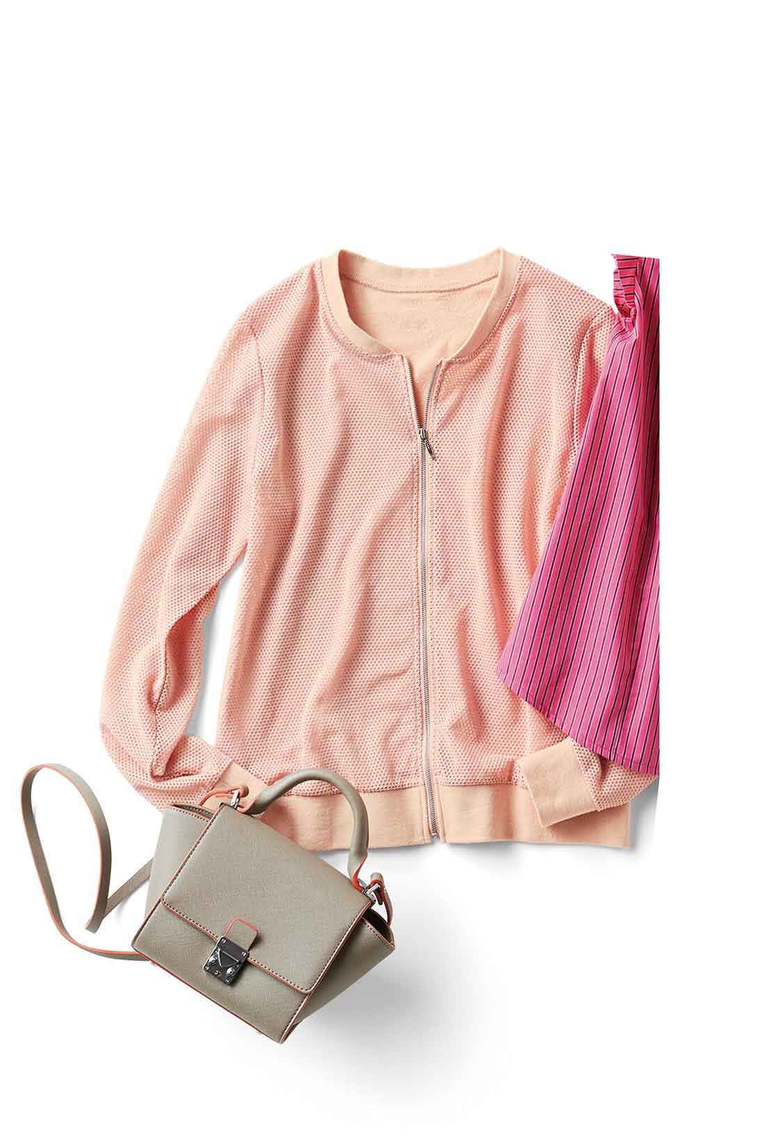 ジップアップブルゾンはミモレ丈スカートにサンダルを合わせて今っぽく着こなすスタイルがおすすめ。※バッグは参考商品です。