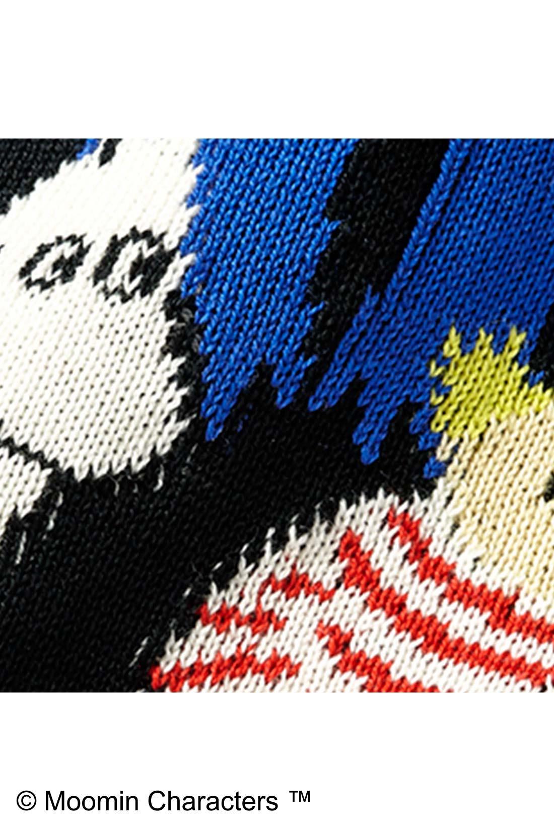 肌ざわりのよい綿混素材。ムーミンとトゥーティッキ(おしゃまさん)が歩く姿をジャカード編みで表現。