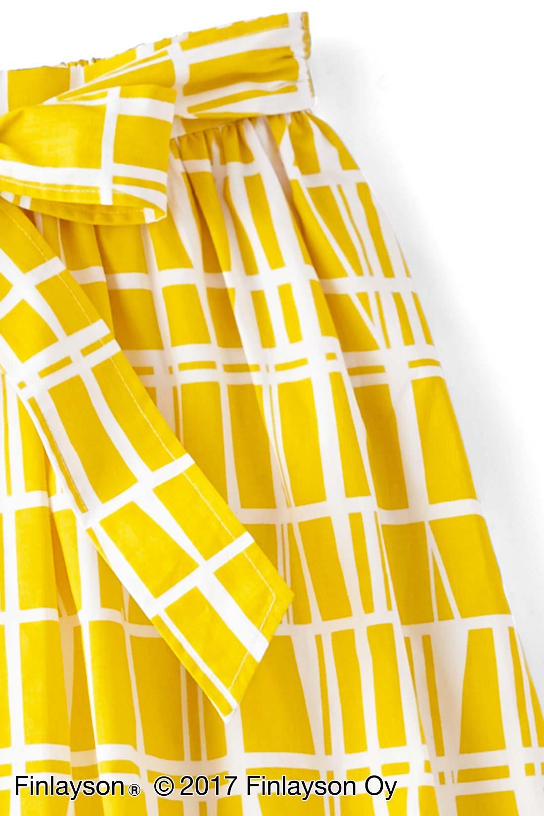 両サイドにスリットポケット付き。サイドに縫い付けたウエストリボン。後ろに回して結んでも。