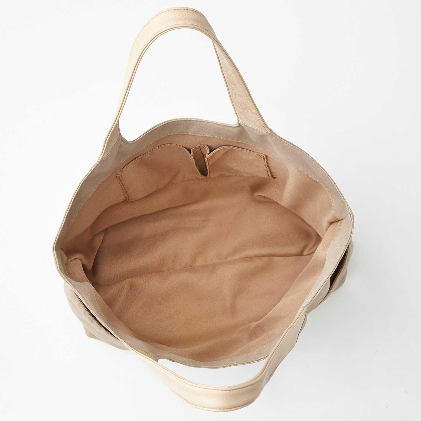 内側にもふたつのポケット付き。底幅もたっぷりで使い勝手抜群。