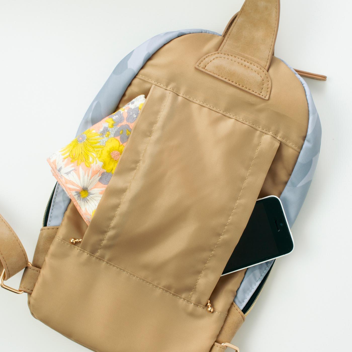 背中側のファスナーポケットは、左右どちらからも入れられる2重仕様。