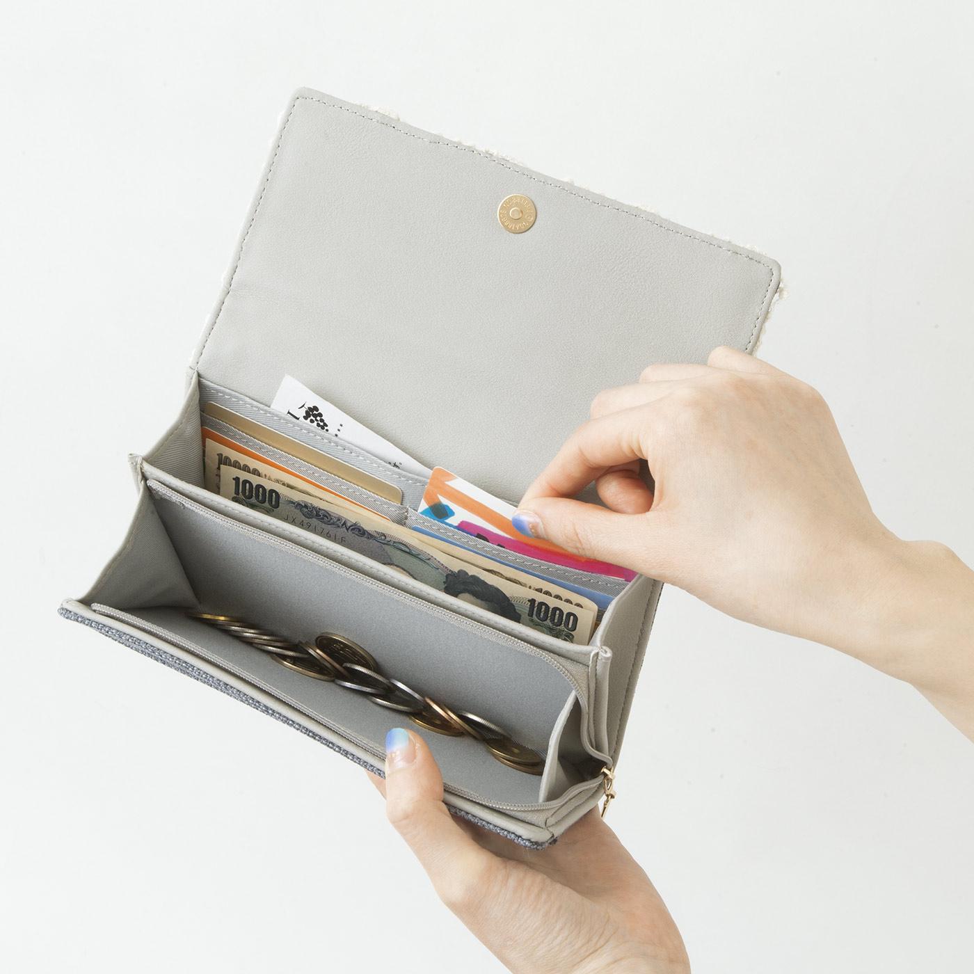 大きく開くコインケースやたっぷり入るカードポケット。