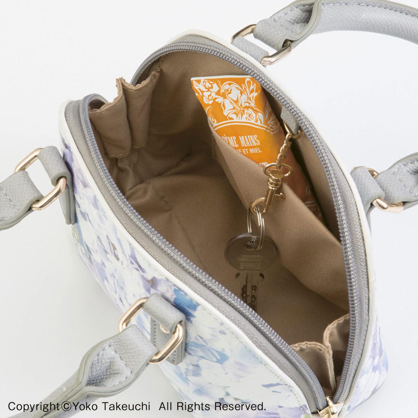 ふたつ折り財布やスマートフォンもすっきり。内ポケットやキーチェーン付きなのも便利。