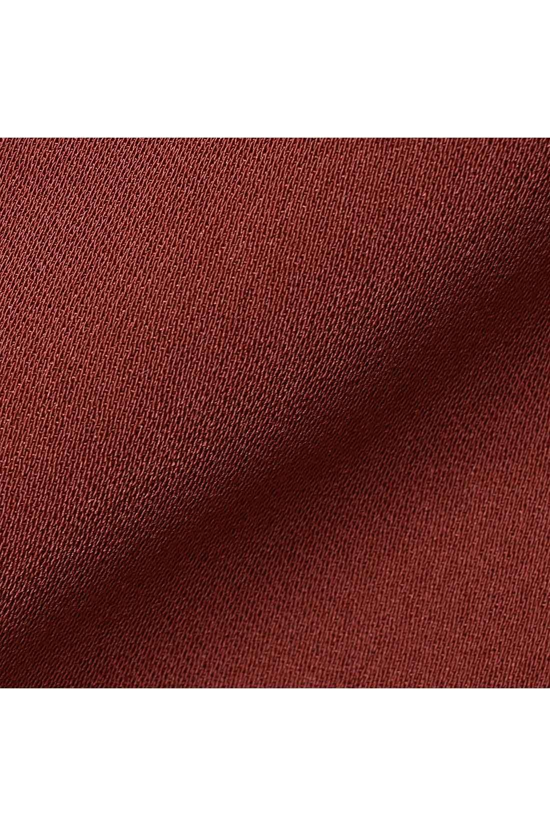 さらりと涼しい吸汗速乾素材 滑らかな表面感の吸汗速乾素材は、汗をかいてもさらりと涼しいはき心地をキープ。上品な落ち感のある布はく素材で、オンスタイルにも活躍必至です。