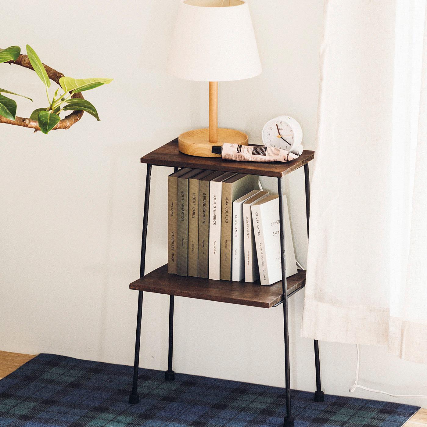 ベッドサイドなどのスタンド置きにもぴったり。  ※塩化ビニル樹脂など一部の樹脂製の床材に設置すると、滑り止めゴムから床材に色移りする場合があります。