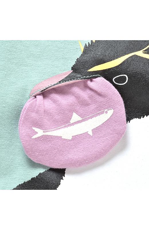 くちばしがポケットに。引き出すとペンギンのご飯「イワシ」のプリントが!