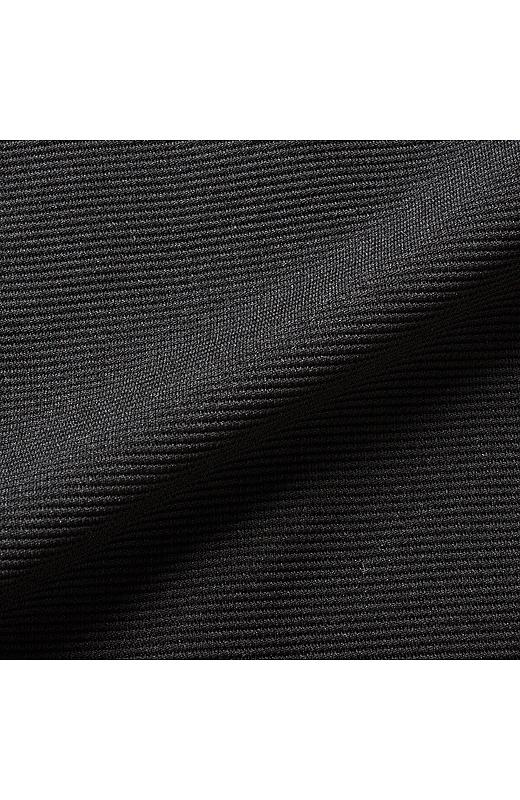 ほどよい厚みと、伸びやかで張りのあるグログランニット素材。