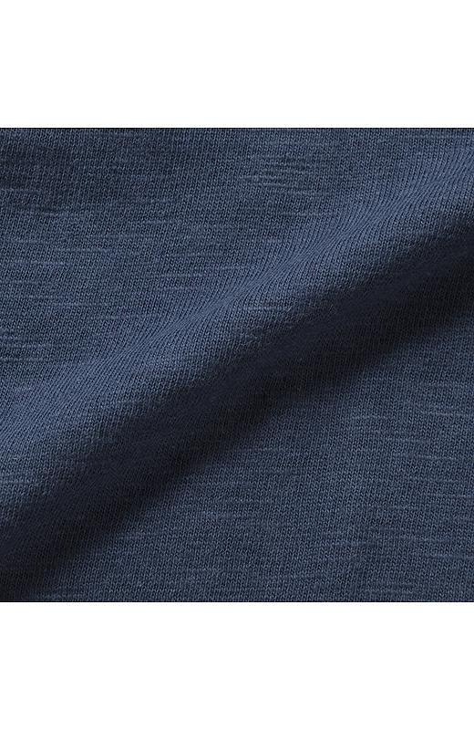 肌ざわりのよい綿100%のスラブ素材を採用。UVカット率90%以上だから、日差しが気になる季節にぴったり。