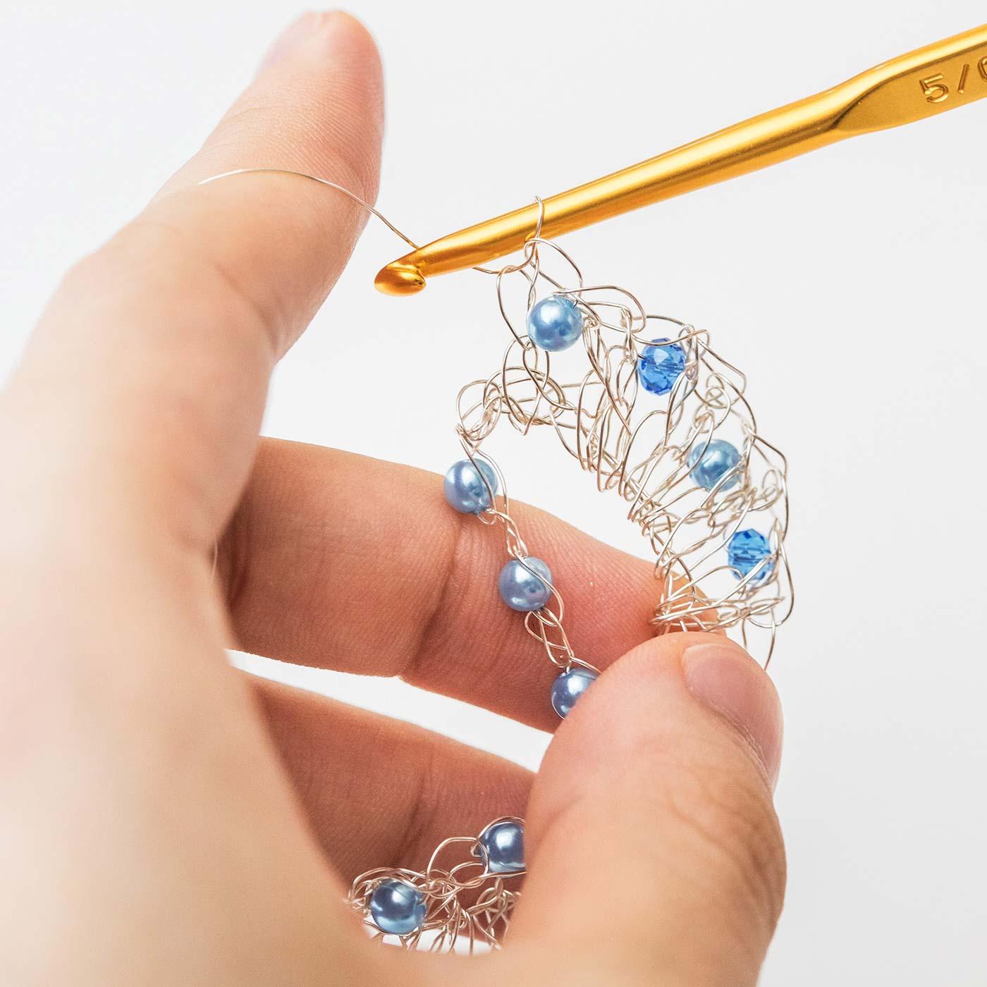 基本的な編み方は、かぎ針編みと同じ。ワイヤーにビーズを編み入れることで輝きが増します。編み終えた後から、手で形を整えられるのもワイヤーならでは。