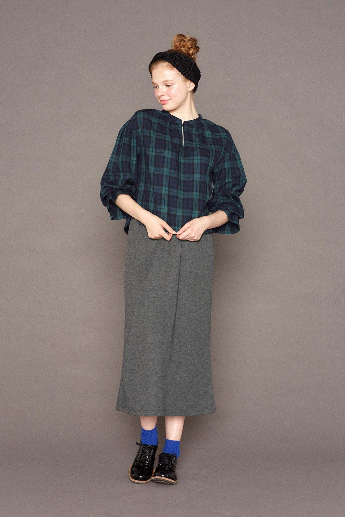 袖は長くしたまま着ても、少したくしあげて、ボリュームを出して着てもかわいい。
