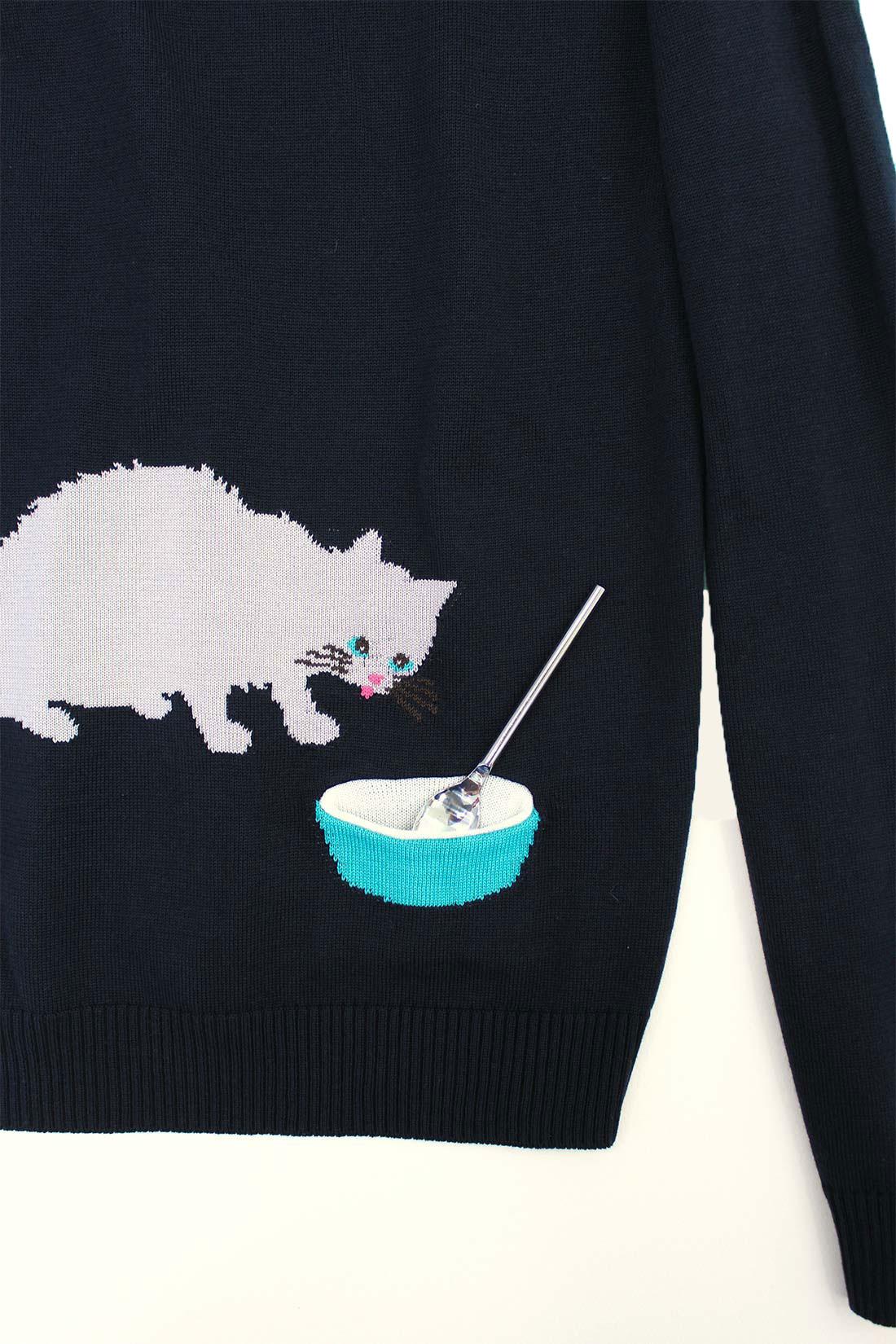 さらりとした肌ざわりの綿アクリル素材。背中の小さなポケットからミルクを飲んでるみたい。