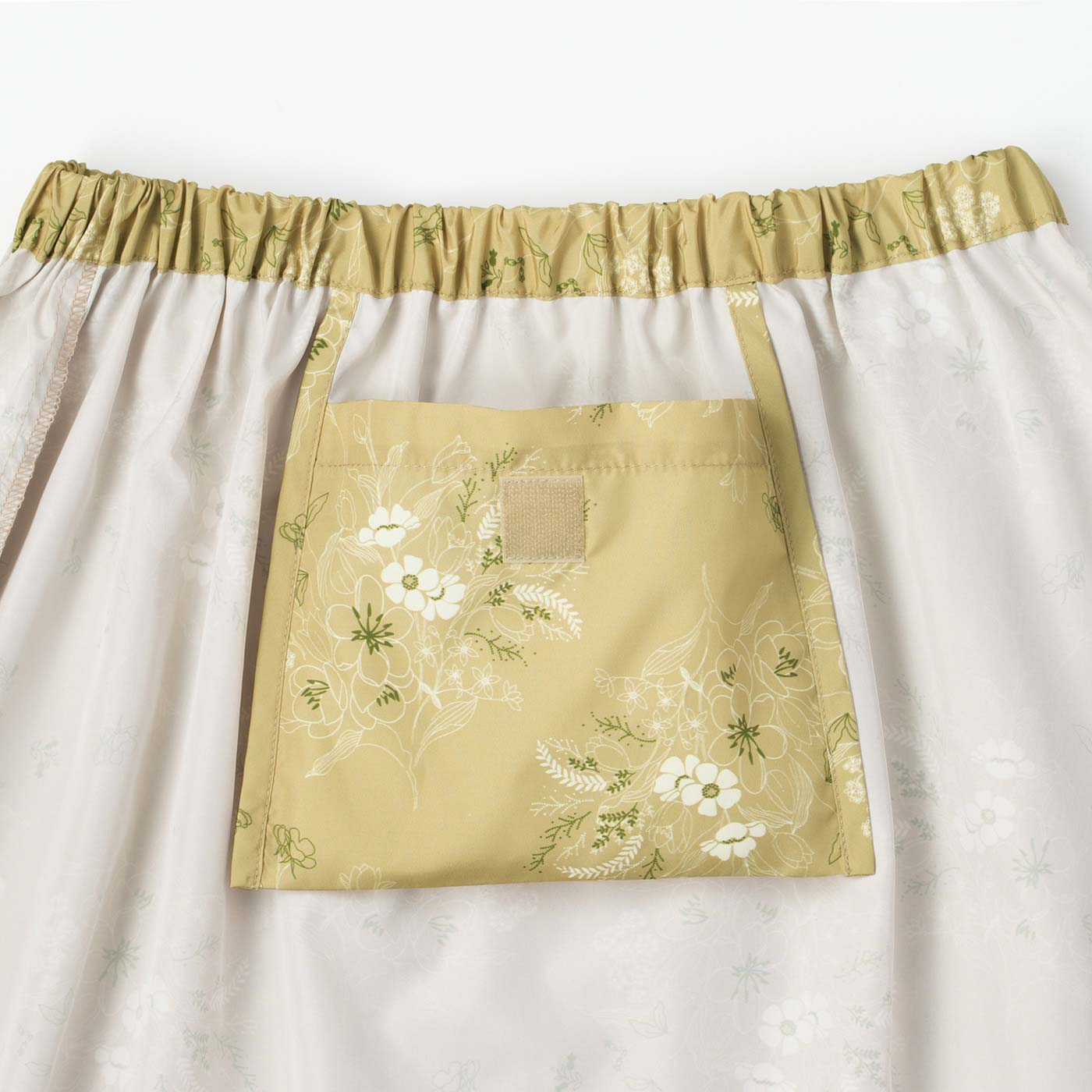 小さくたたんで、スカート内側のポケットに収納。
