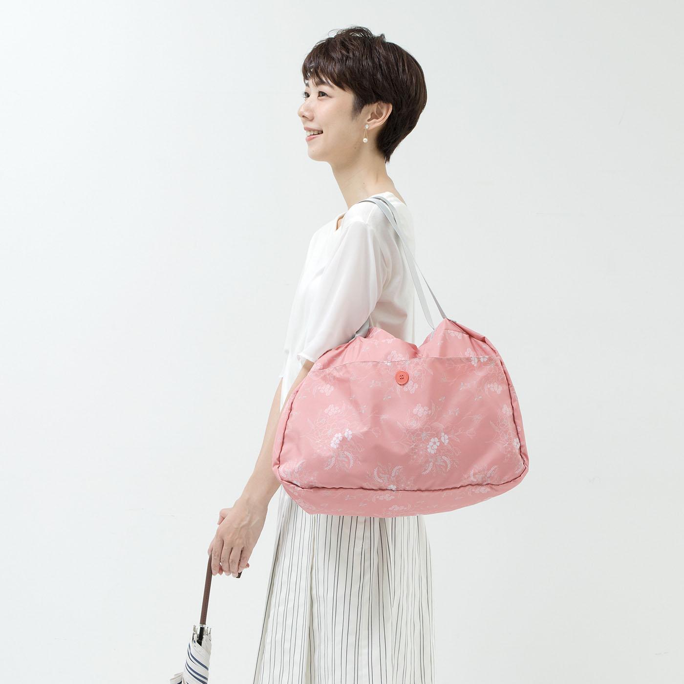 バッグをまるごと入れてカバーしたり、そのまま予備のバッグとして使ったり。雨模様の日や旅行先で重宝する大きめの雨よけバッグです。