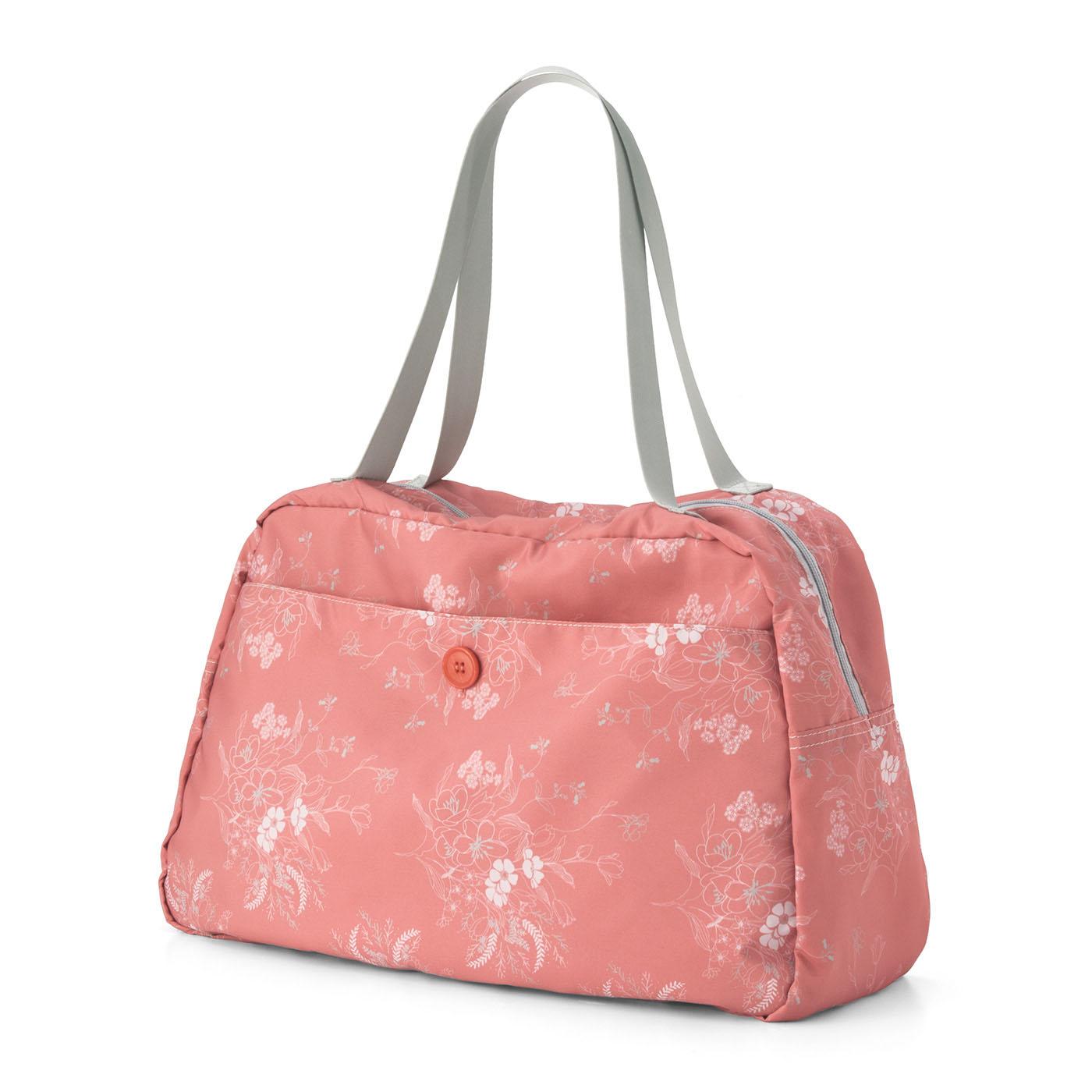 〈ピンク〉前面の大きなポケットには、ぬれた雨具などを入れて。