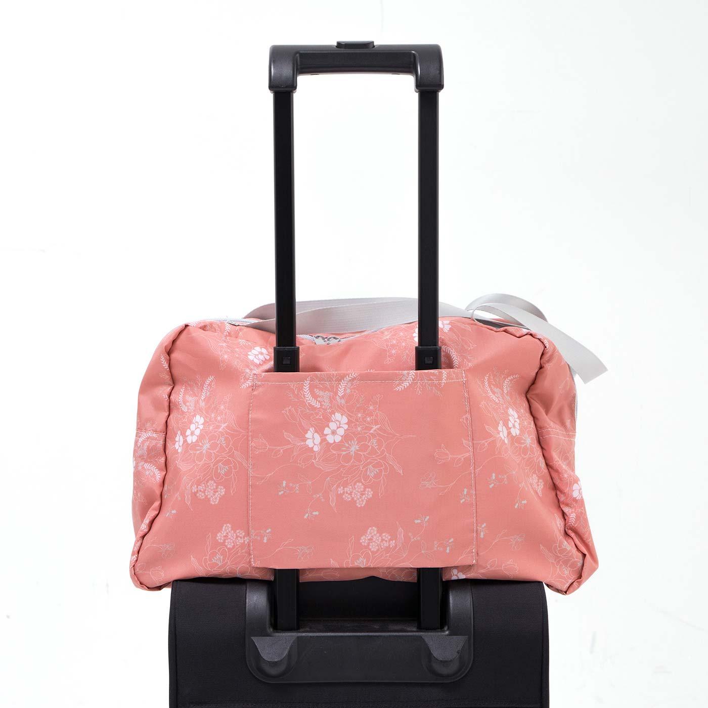 背面の筒状ポケットでキャリーバッグにセット可能。縫いどまり幅約20cm