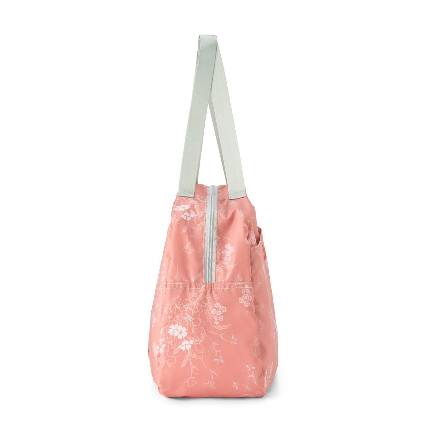約17cmのたっぷりまち幅でバッグごとすっぽりカバー。