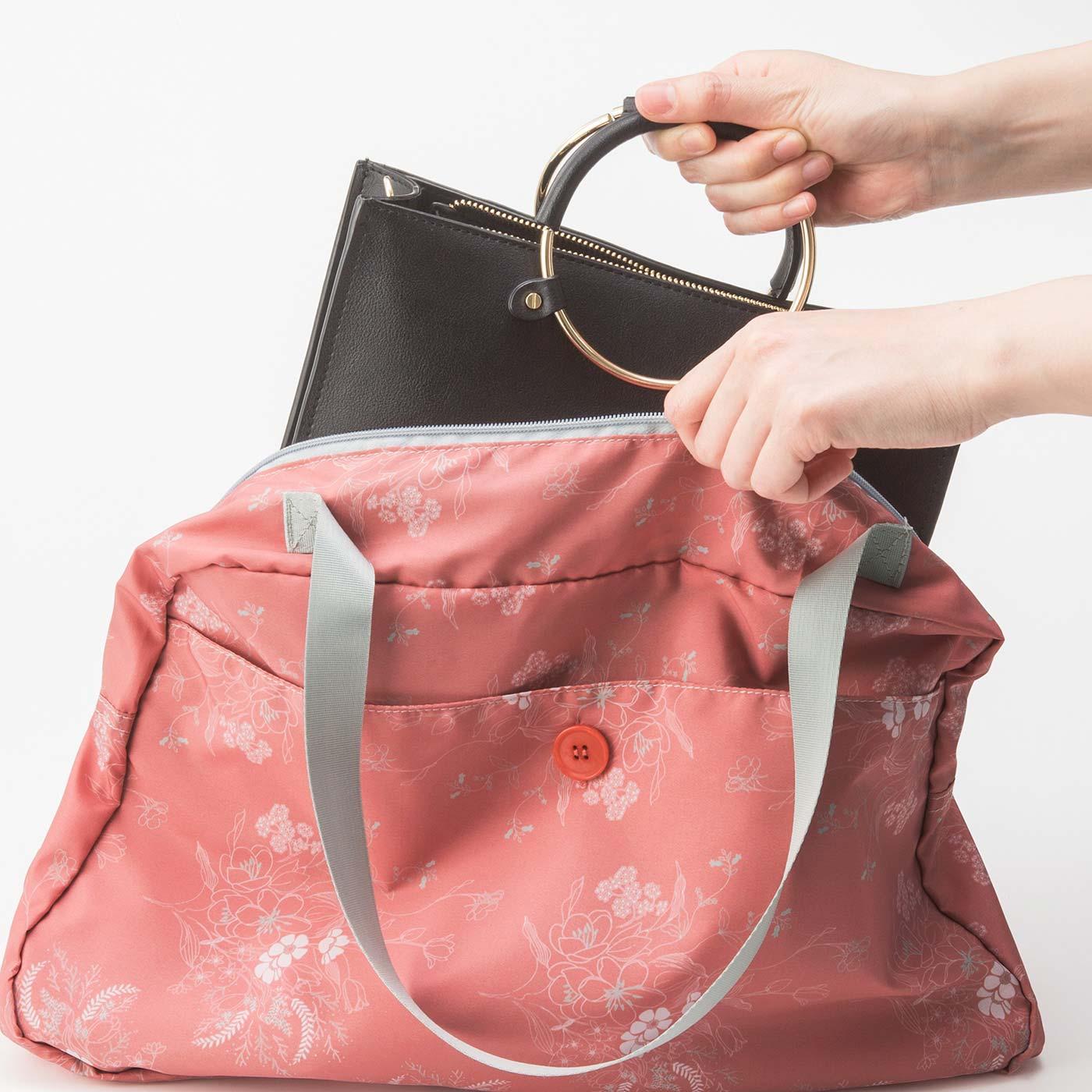 バッグをそのまますっぽり入れて雨からガード。