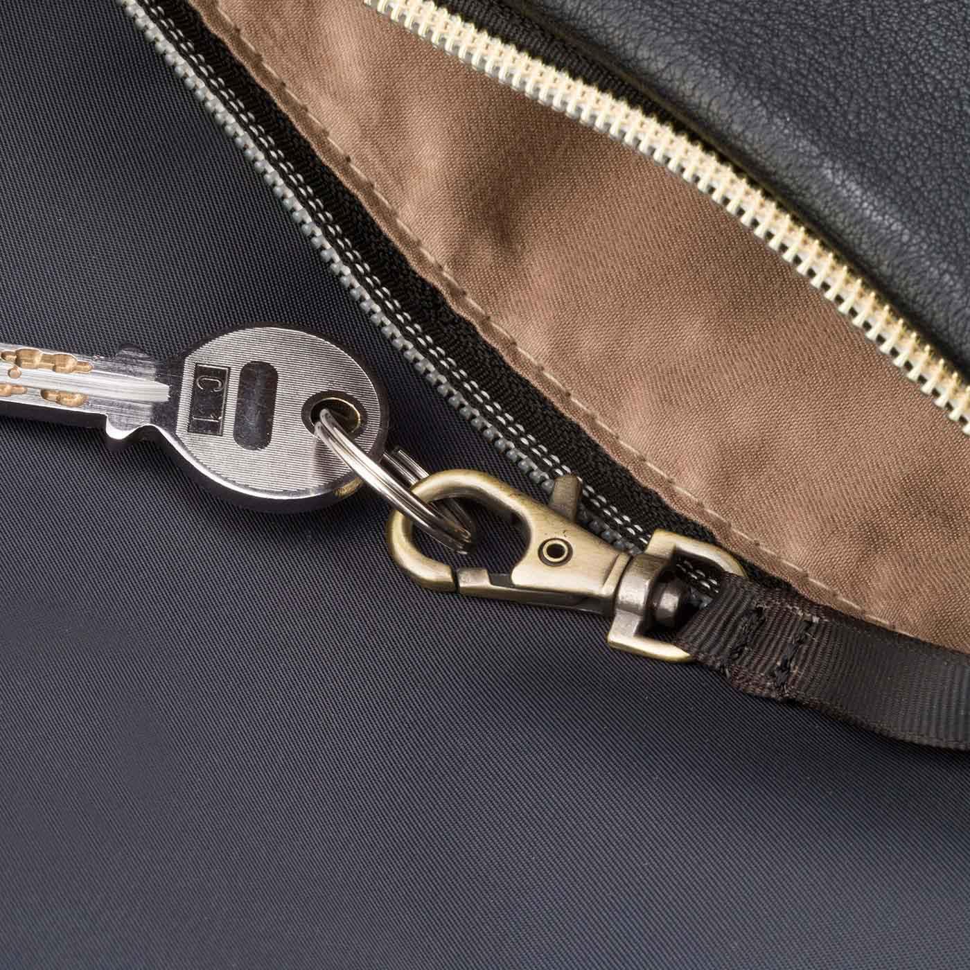 前ポケット内側に縫い付けストラップ付き。リール付き定期入れやかぎを取り付ければ便利で安心。