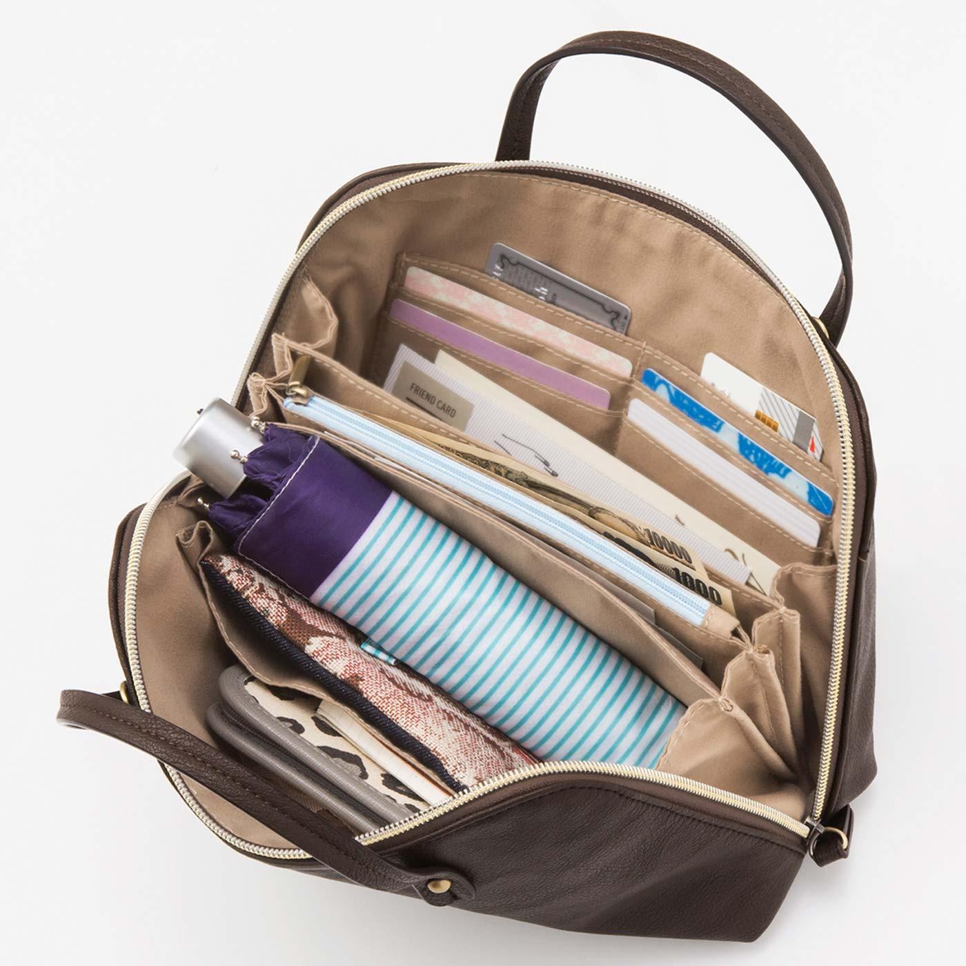カードホルダー・小銭入れ・お札入れのお財布機能が付いているので、お出かけ必需品を最小限にできるのが最大の魅力。折りたたみ傘やペットボトルも入ります。